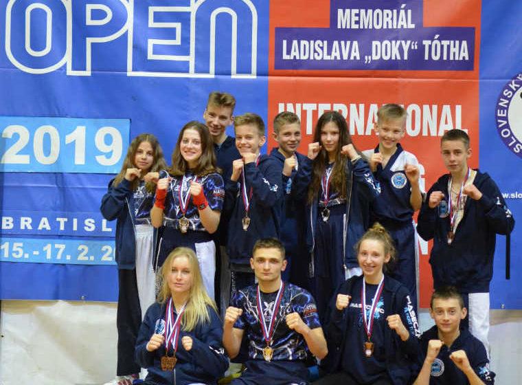 Grupa młodych piaseczyńskich kickboxerów na zawodach na Słowacji.