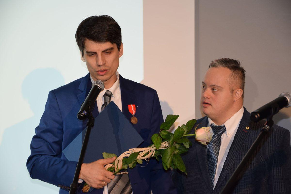 Łukasz Owczarek z uczestnikiem WTZ
