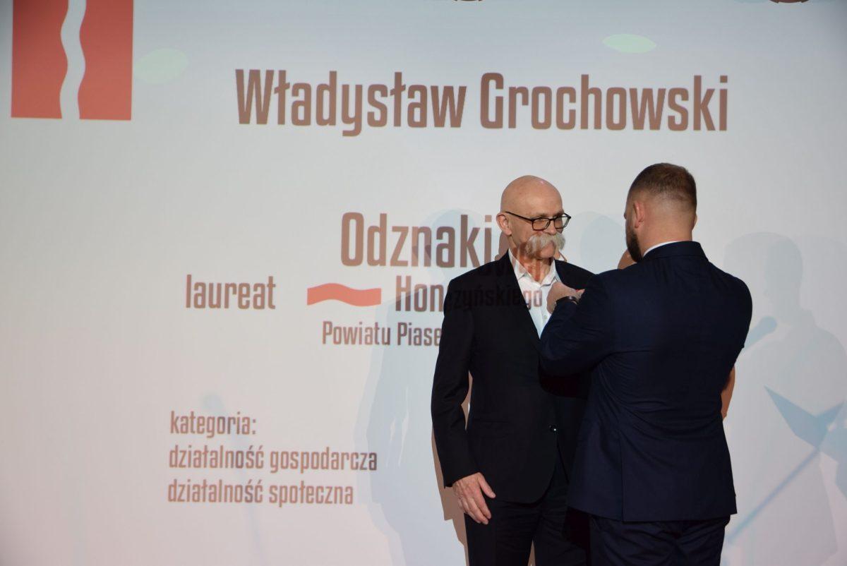 Władysław Grochowski odznaczany przez starostę