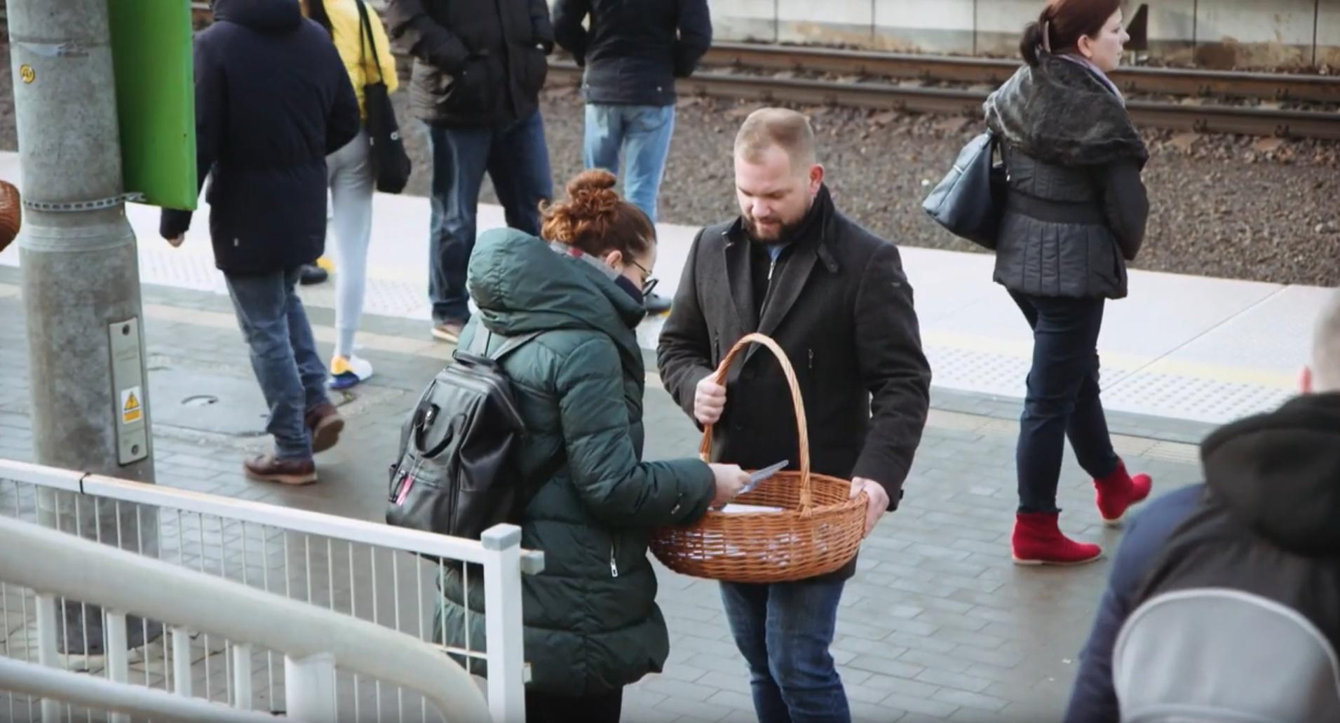 """""""PIT - słuchaj, to się opłaca"""" - reportaż z akcji na dworcu w Piasecznie"""