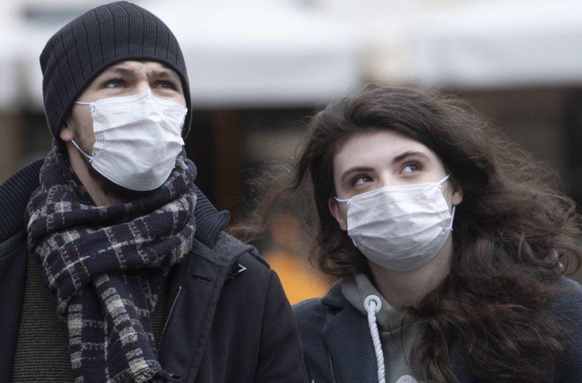 Dwoje młodych ludzi w maseczkach ochronnych