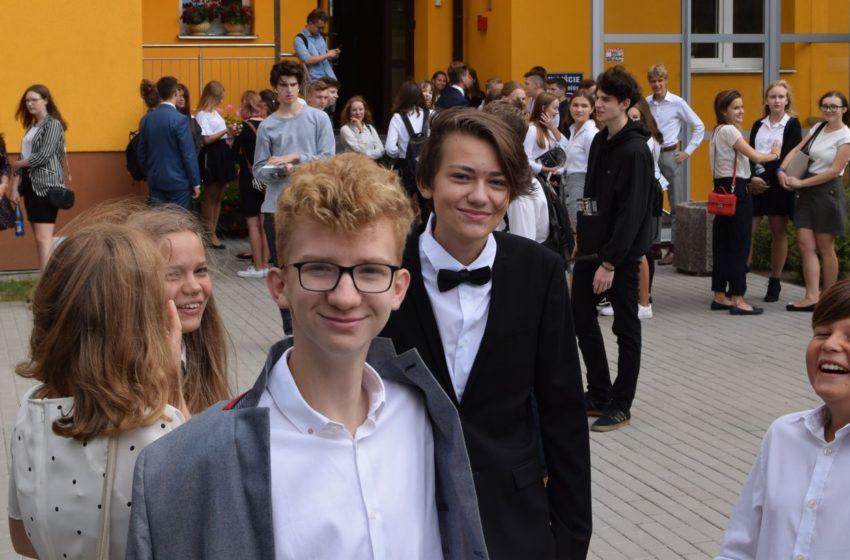Uczniowie przed IV LO