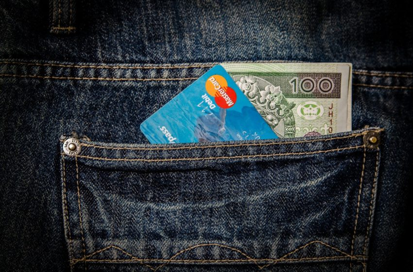 banknoty i karta bankomatowa