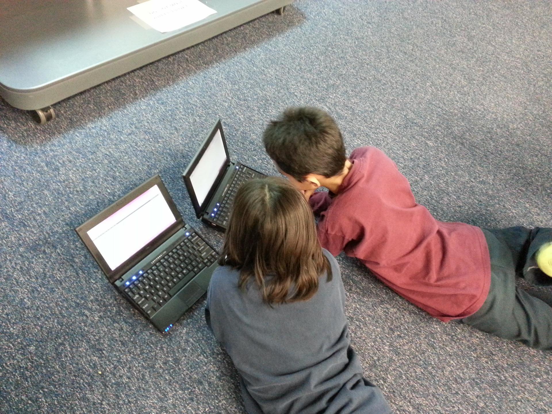 dzieci przed laptopami